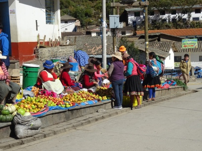 Women selling fruits in Paucartambo